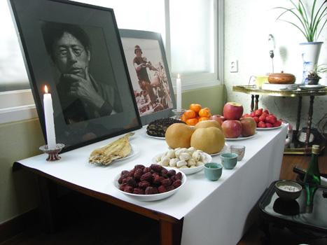 [写真]祭祀で、梨や栗、ナツメ、餅菓子などの供物を食す